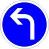 Je dois tourner à gauche avant le panneau.